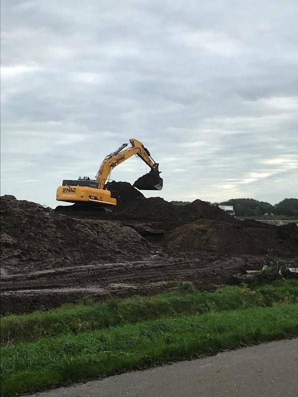 Op de foto is te zien dat aannemer HAZ een depot aanlegt bij Mienschieer. De kraan is fel oranje.
