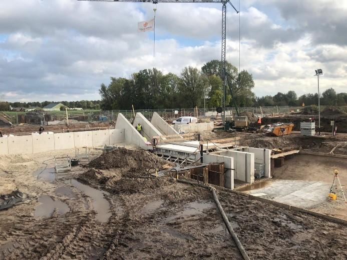 Er wordt een nieuw gemaal geplaats aan Lettelberterdijk. Het ziet er nu uit als een grijs betonblok.