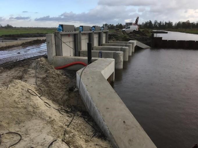 Aannemer De Boer en De Groot bouwt de geautomatiseerde kunstwerken. Het inlaatwerk aan de Matsloot (links) en de stuw in de Ottervallei zijn eind december 2020 gereed. De afwerking vindt plaats in 2021.