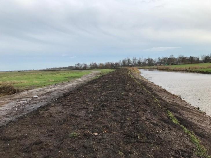 Aannemer van der Meer heeft de brug in de Dijkweg opgeleverd en de kade langs de Matsloot is op hoogte en breedte gebracht.