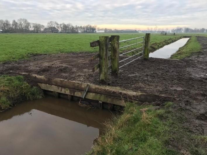 nieuwe dam met duiker aangelegd in Polder de Lagemeeden