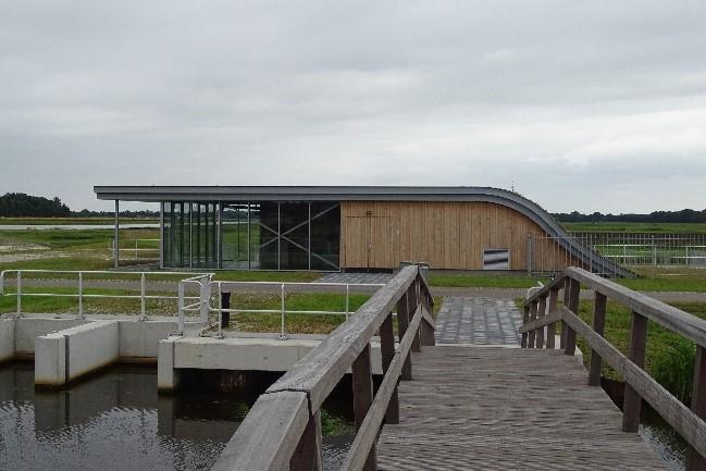 Gemaal Lettelberterdijk gezien vanaf de Klaas Doornbosbrug over het Lettelberterdiep
