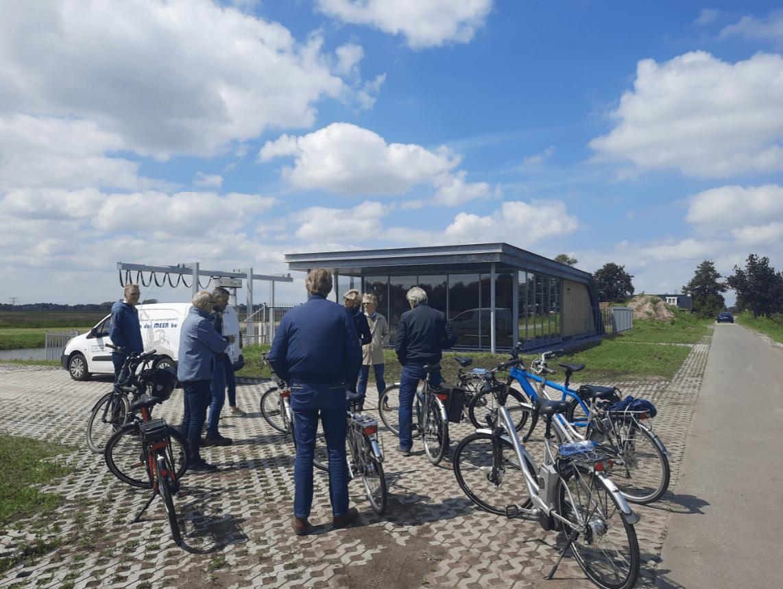 De fietsers staan naast het nieuwe gemaal Lettelbert
