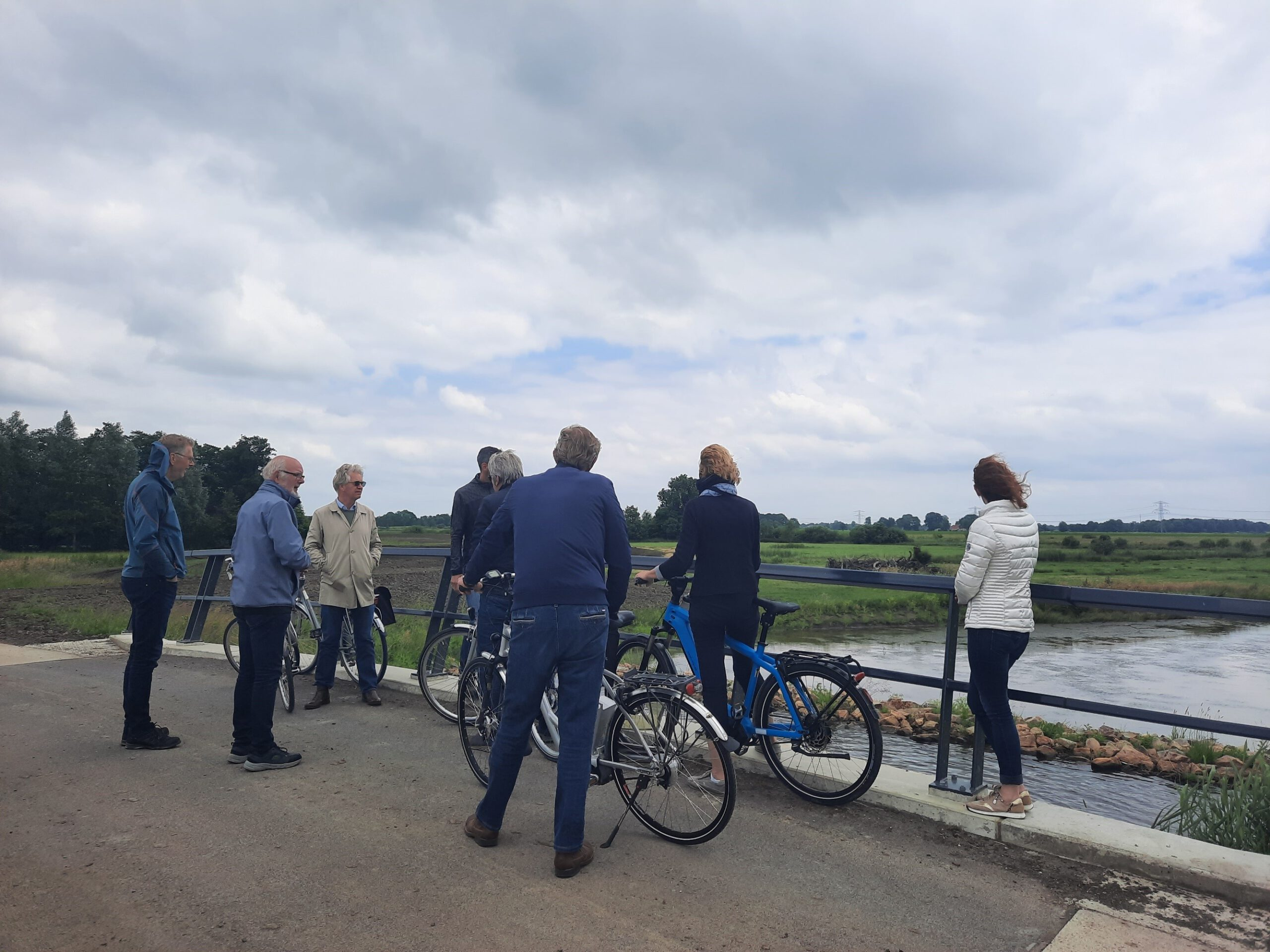 De fietsers kijken uit over de omgeving